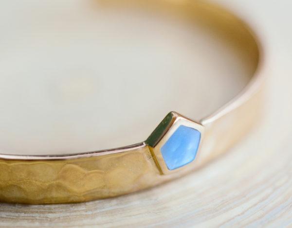 la-petite-plagiste-collection-collaboration-summerwaves-lapetiteplagiste-bracelet-jonc-pierre-nacre-plaque-or