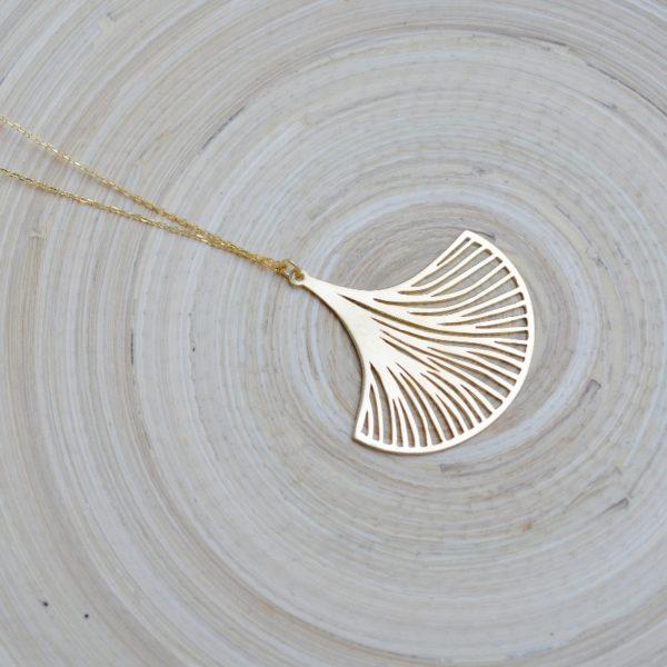 la-petite-plagiste-collection-ibiza-collier-feuille-ginkgo-plaque-or