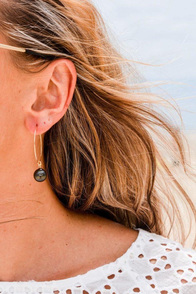 la-petite-plagiste-collection-vaimiti-boucles-oreilles-créoles-plaqué-or-perles-noires-portées